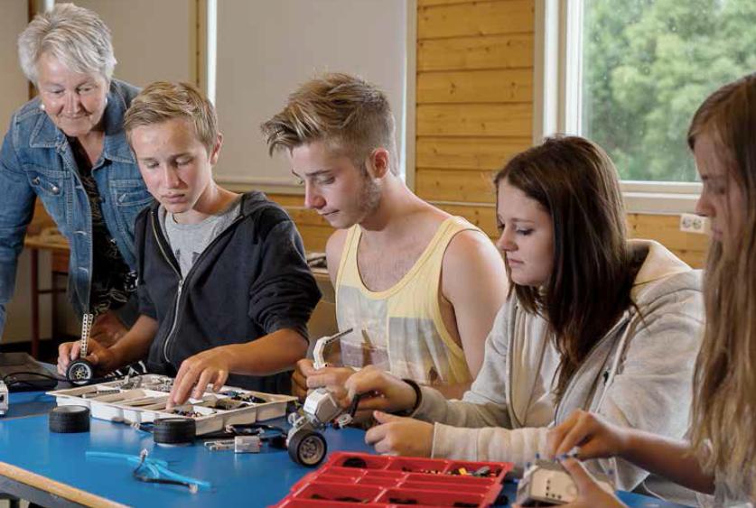 FREMTIDSUTSIKTER: Klimakontakt i Hvaler kommune, Gunn Karin Karlsen følger spent med, og blir imponert over kunnskapsnivået til elevene ved Hvaler ungdomsskole. F.v. Simen Iversen (14), Johannes Holte (14), Aurora Johnsen (15) og Amalie Gjelsvik (14) er sikker på at smart teknologi er fremtiden, og at videre utdannelse innenfor dette feltet vil gi gode arbeidsmuligheter i fremtiden.